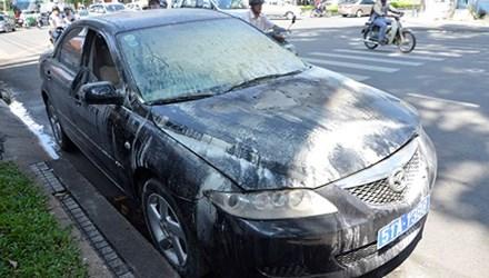 Xe ô tô biển xanh bốc cháy khi đang chạy - Ảnh 1