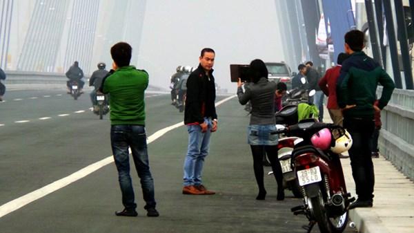 Hà Nội cương quyết xử phạt chụp ảnh trên cầu Nhật Tân - Ảnh 1