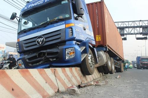 """TP HCM: Xa lộ kẹt cứng vì xe container """"trèo"""" dải phân cách - Ảnh 1"""