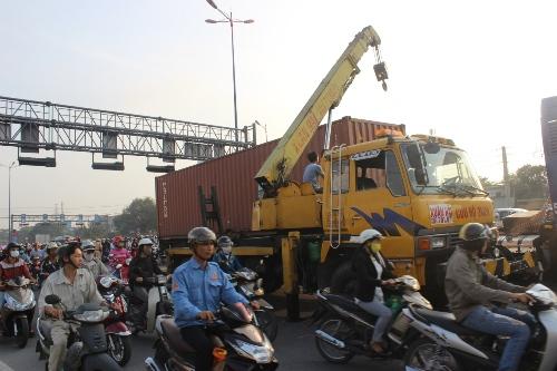 """TP HCM: Xa lộ kẹt cứng vì xe container """"trèo"""" dải phân cách - Ảnh 2"""