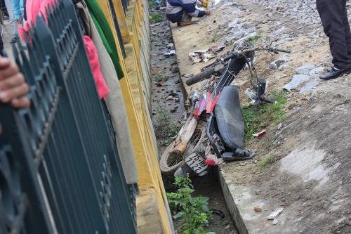 Người đàn ông đi xe máy bị tàu hỏa tông văng 10 mét tử vong - Ảnh 1