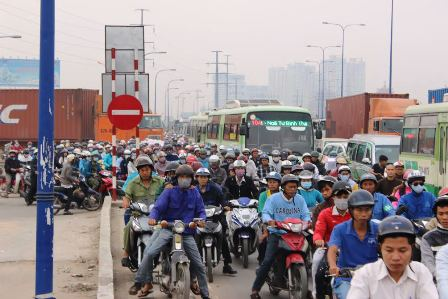 Kẹt xe kinh hoàng cửa ngõ Sài Gòn, CSGT đứng suốt 15 tiếng để giải tỏa - Ảnh 2