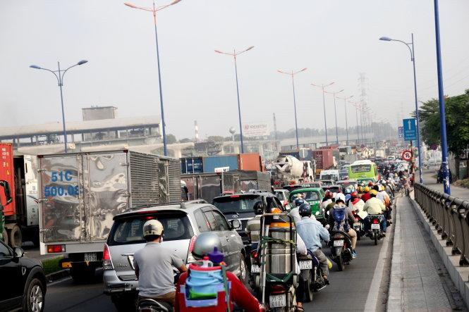 Kẹt xe kinh hoàng cửa ngõ Sài Gòn, CSGT đứng suốt 15 tiếng để giải tỏa - Ảnh 1