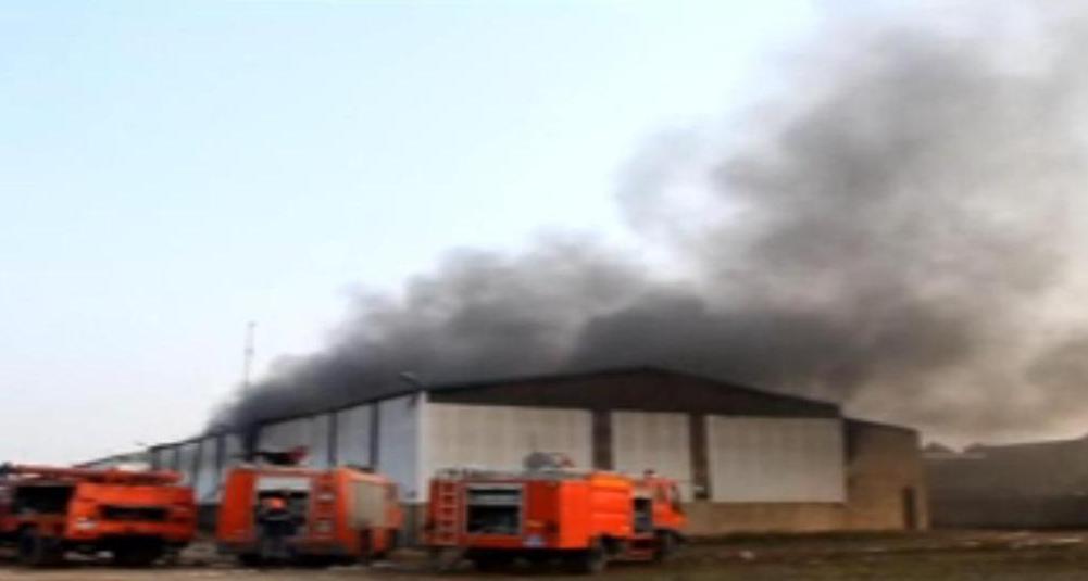 Nghệ An: Cháy dữ dội công ty gỗ, khói bốc cao hàng chục mét - Ảnh 1