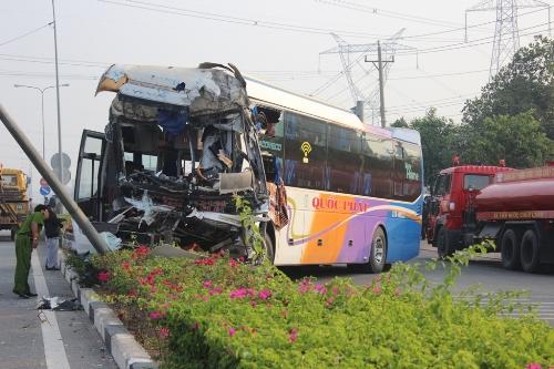 Xe khách chở hơn 20 người gặp tai nạn ở Bình Dương - Ảnh 1