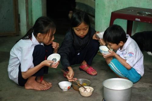 Cảm thương hoàn cảnh ba chị em mồ côi ở Quảng Ngãi - Ảnh 1