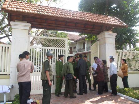 Chùm ảnh: Người dân Đà Nẵng khóc thương ông Nguyễn Bá Thanh - Ảnh 3