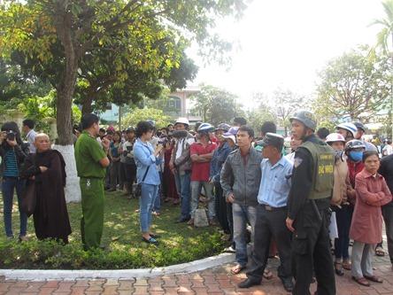 Chùm ảnh: Người dân Đà Nẵng khóc thương ông Nguyễn Bá Thanh - Ảnh 1