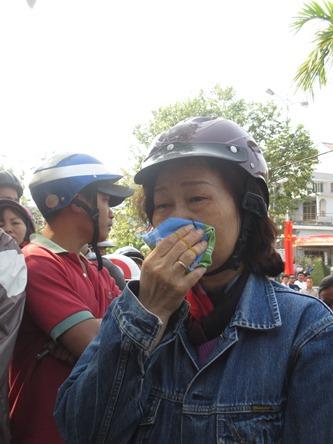 Chùm ảnh: Người dân Đà Nẵng khóc thương ông Nguyễn Bá Thanh - Ảnh 7