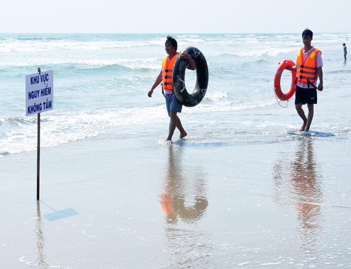 Tìm thấy thi thể 2 học sinh mất tích khi tắm biển mùng 4 Tết - Ảnh 1