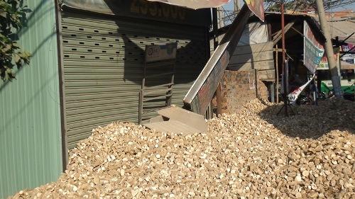 Lật container, hàng chục tấn khoai mì chèn bít cửa nhà dân - Ảnh 2