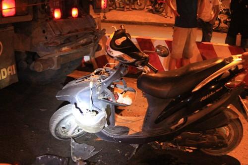 Chạy xe máy vào làn ô tô, 2 phụ nữ nguy kịch - Ảnh 2