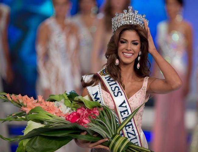 Ảnh khỏa thân của tân Hoa hậu Hoàn vũ Venezuela gây tranh cãi - Ảnh 2