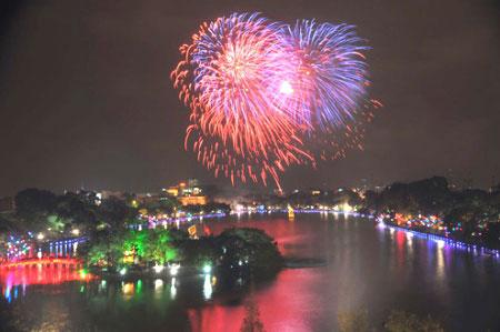 Bắn pháo hoa chào mừng 60 năm ngày Giải phóng Thủ đô - Ảnh 1
