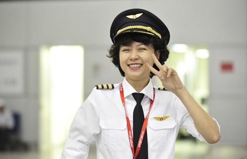 Ngắm nữ phi công xinh đẹp như người mẫu - Ảnh 10