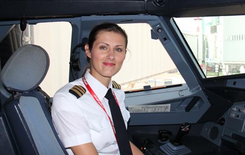 Ngắm nữ phi công xinh đẹp như người mẫu - Ảnh 3