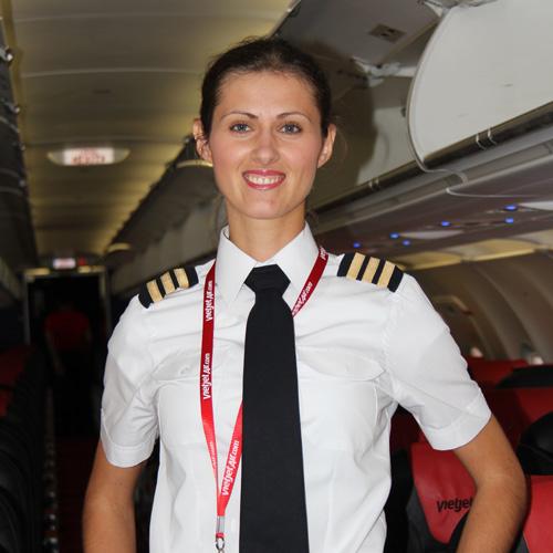 Ngắm nữ phi công xinh đẹp như người mẫu - Ảnh 4