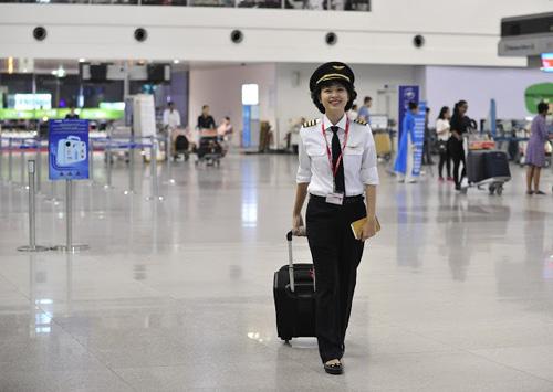 Ngắm nữ phi công xinh đẹp như người mẫu - Ảnh 7