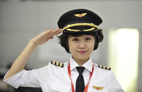 Ngắm nữ phi công xinh đẹp như người mẫu - Ảnh 9