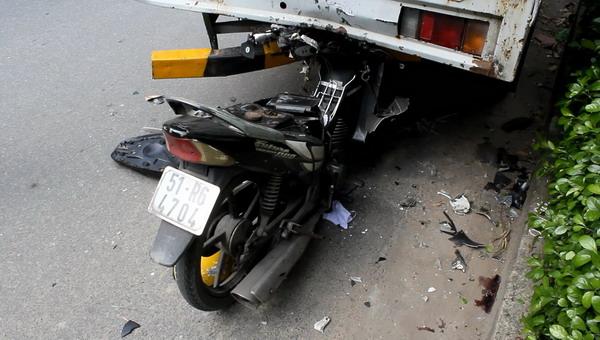 Mất lái đâm thẳng vào đuôi xe tải, một người tử vong - Ảnh 1