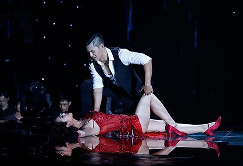 Jennifer Phạm bị đánh ngã trên sân khấu - Ảnh 1