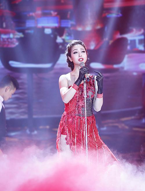Jennifer Phạm bị đánh ngã trên sân khấu - Ảnh 2