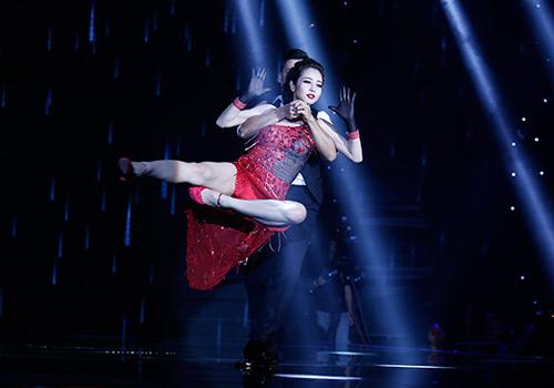 Jennifer Phạm bị đánh ngã trên sân khấu - Ảnh 3