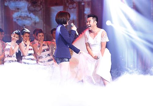 Jennifer Phạm bị đánh ngã trên sân khấu - Ảnh 7