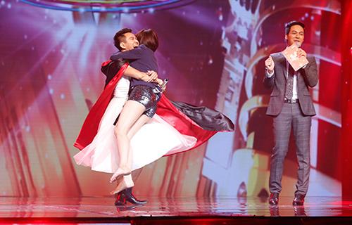 Jennifer Phạm bị đánh ngã trên sân khấu - Ảnh 9