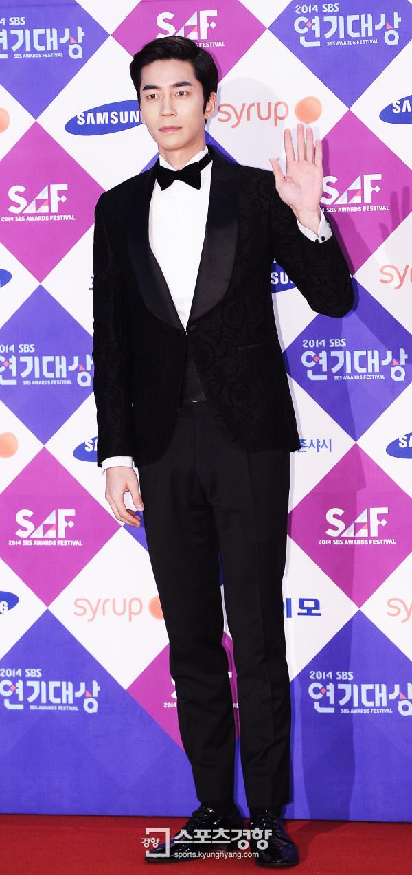 Dàn sao Hàn khoe sắc trên thảm đỏ SBS Drama Awards - Ảnh 11