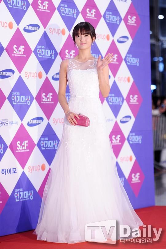 Dàn sao Hàn khoe sắc trên thảm đỏ SBS Drama Awards - Ảnh 12