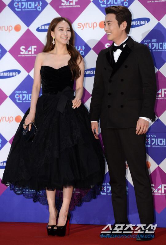 Dàn sao Hàn khoe sắc trên thảm đỏ SBS Drama Awards - Ảnh 8