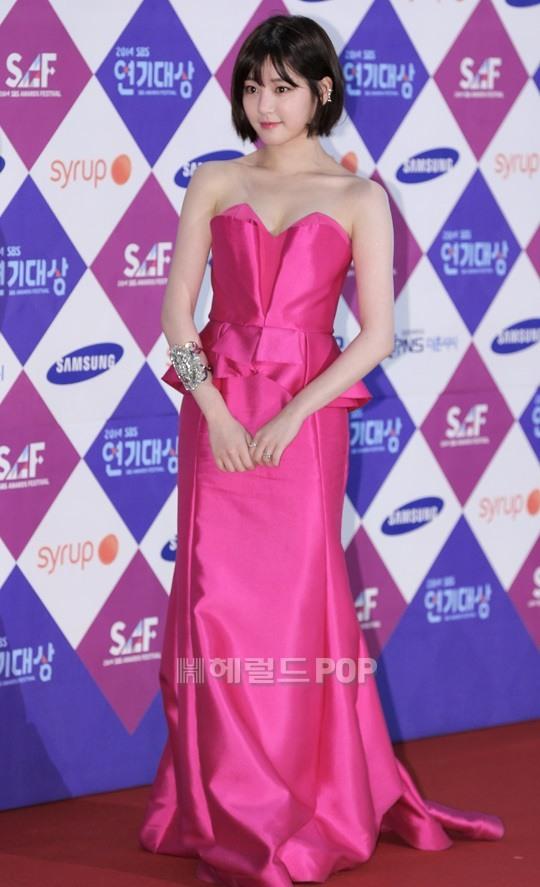Dàn sao Hàn khoe sắc trên thảm đỏ SBS Drama Awards - Ảnh 7