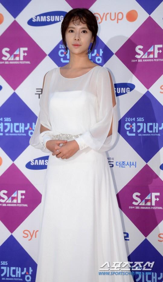 Dàn sao Hàn khoe sắc trên thảm đỏ SBS Drama Awards - Ảnh 15