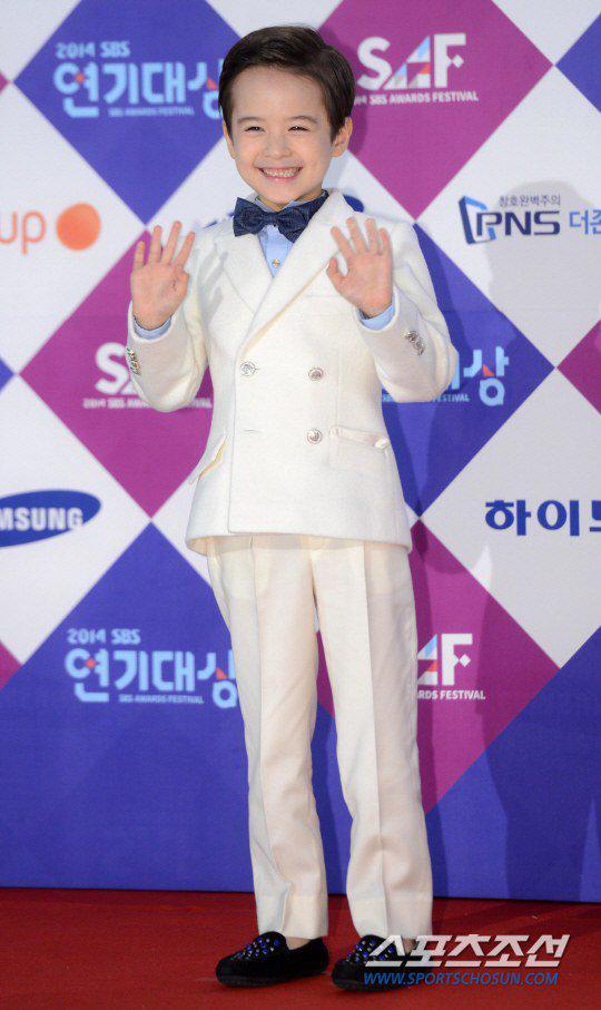Dàn sao Hàn khoe sắc trên thảm đỏ SBS Drama Awards - Ảnh 16