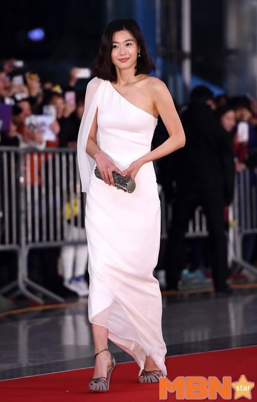 Dàn sao Hàn khoe sắc trên thảm đỏ SBS Drama Awards - Ảnh 1