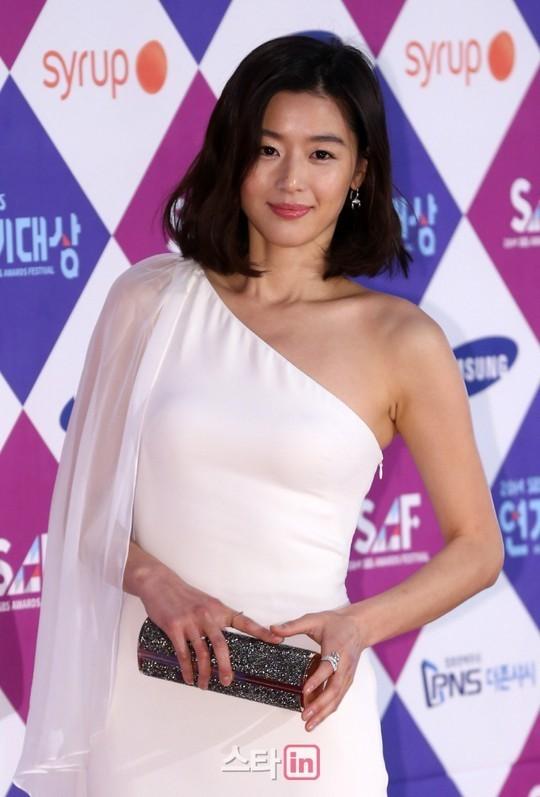Dàn sao Hàn khoe sắc trên thảm đỏ SBS Drama Awards - Ảnh 2