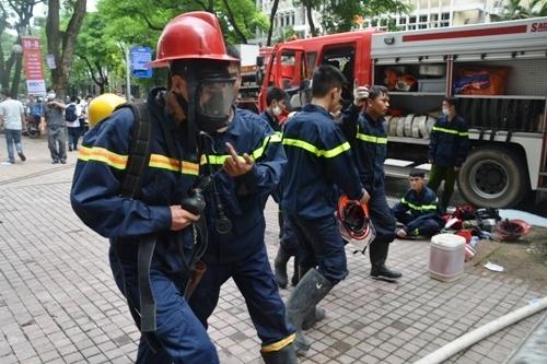 Cháy tầng hầm Ngân hàng nhà nước do chập điện, không có thiệt hại - Ảnh 1