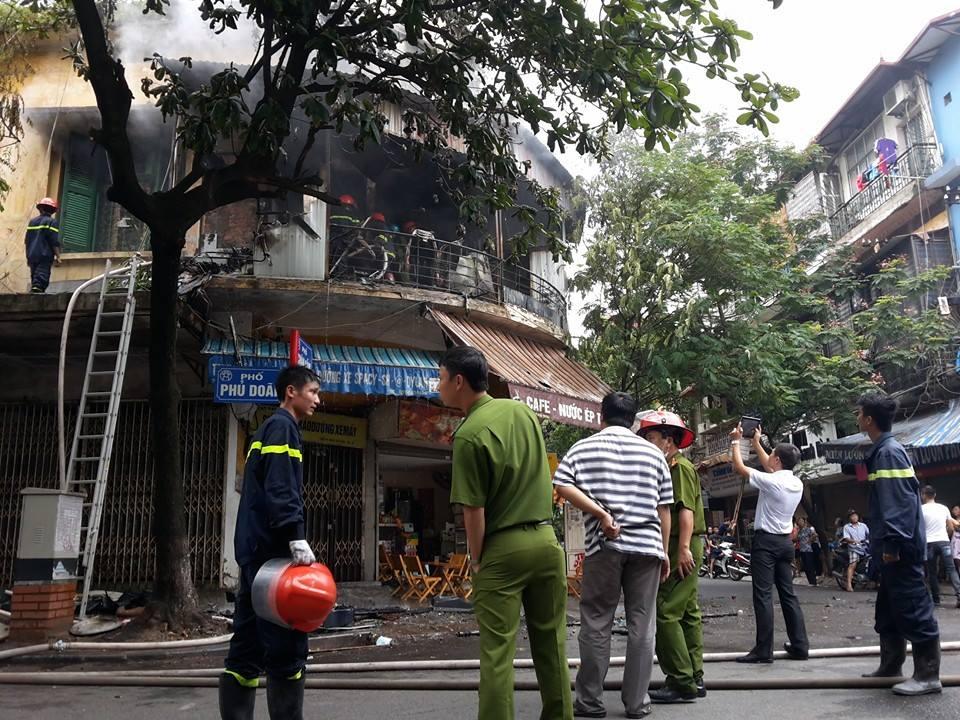 Hà Nội: Cháy lớn tại phố Phủ Doãn, nghi do chập điện - Ảnh 2