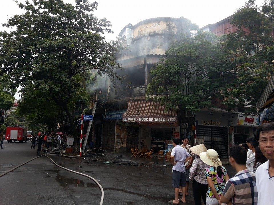 Hà Nội: Cháy lớn tại phố Phủ Doãn, nghi do chập điện - Ảnh 1
