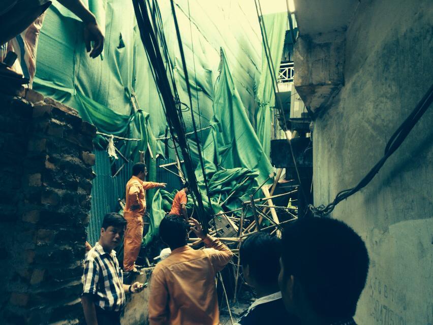 Hà Nội: Giàn giáo từ tầng 11 đổ sập xuống nhà dân - Ảnh 2