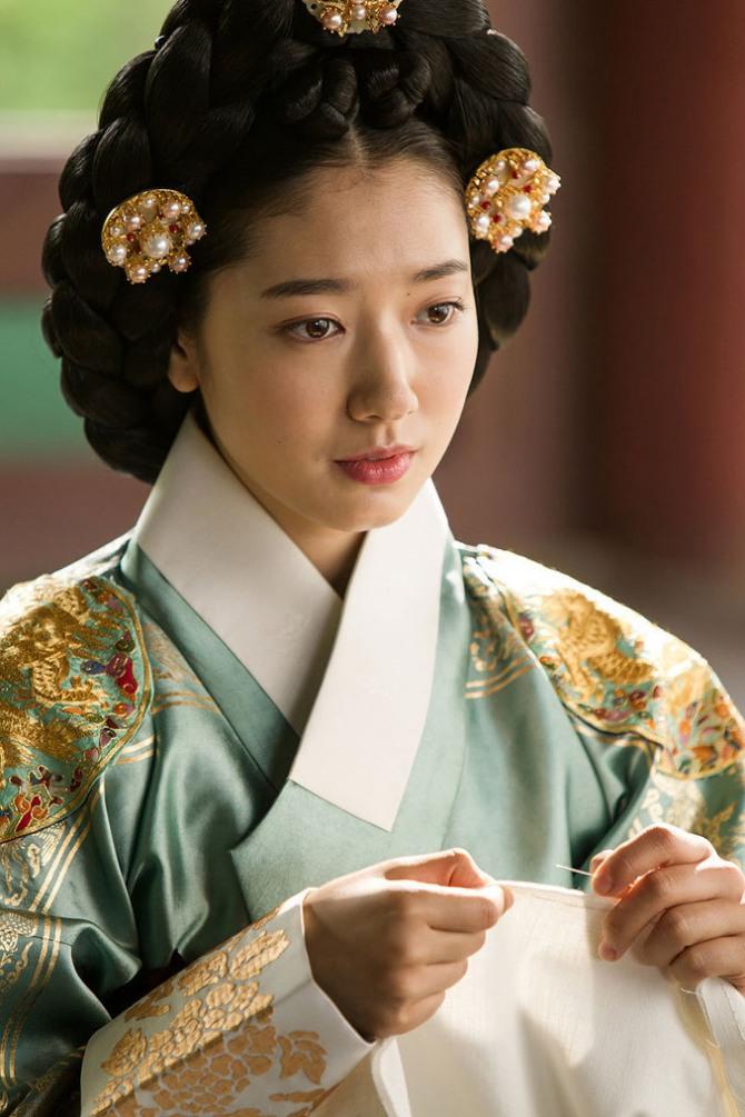 """Năm 2014 của Park Shin Hye: Từ nữ hoàng tới """"cô bé người gỗ"""" - Ảnh 5"""