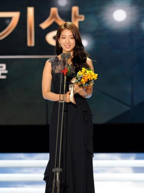 """Năm 2014 của Park Shin Hye: Từ nữ hoàng tới """"cô bé người gỗ"""" - Ảnh 4"""