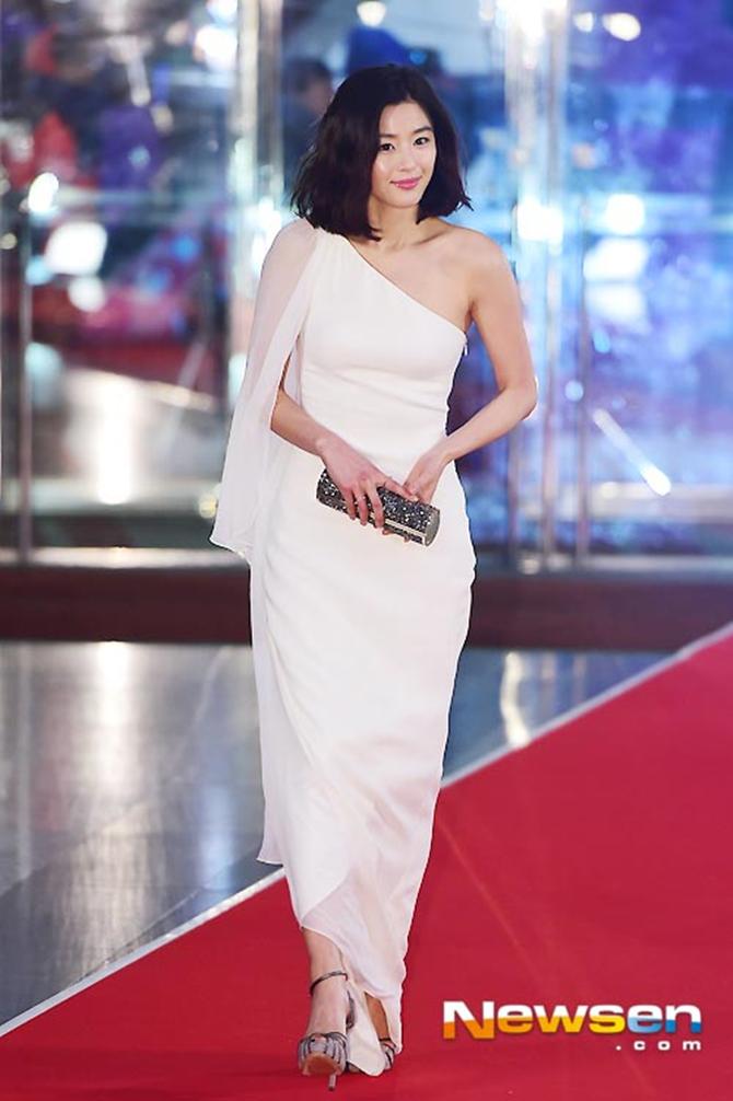 """15 """"bộ cánh"""" đẹp nhất tại các lễ trao giải cuối năm của sao Hàn - Ảnh 9"""