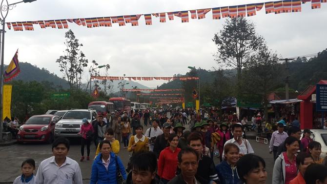 Chùm ảnh hàng triệu du khách đổ về dự khai hội Yên Tử 2015 - Ảnh 2