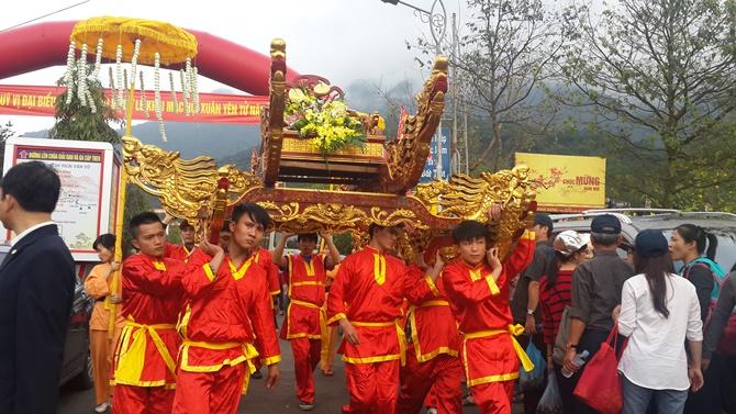 Chùm ảnh hàng triệu du khách đổ về dự khai hội Yên Tử 2015 - Ảnh 1