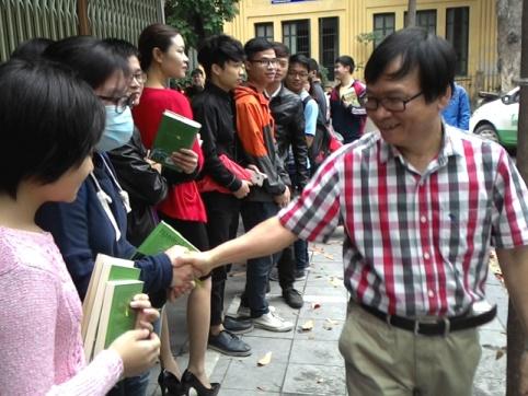 Độc giả Hà Nội xếp hàng trong mưa xin chữ ký Nguyễn Nhật Ánh - Ảnh 1