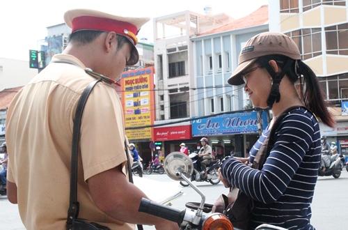 Ngày đầu xử phạt mũ bảo hiểm rởm: Nhắc nhở nhiều, phạt ít - Ảnh 3