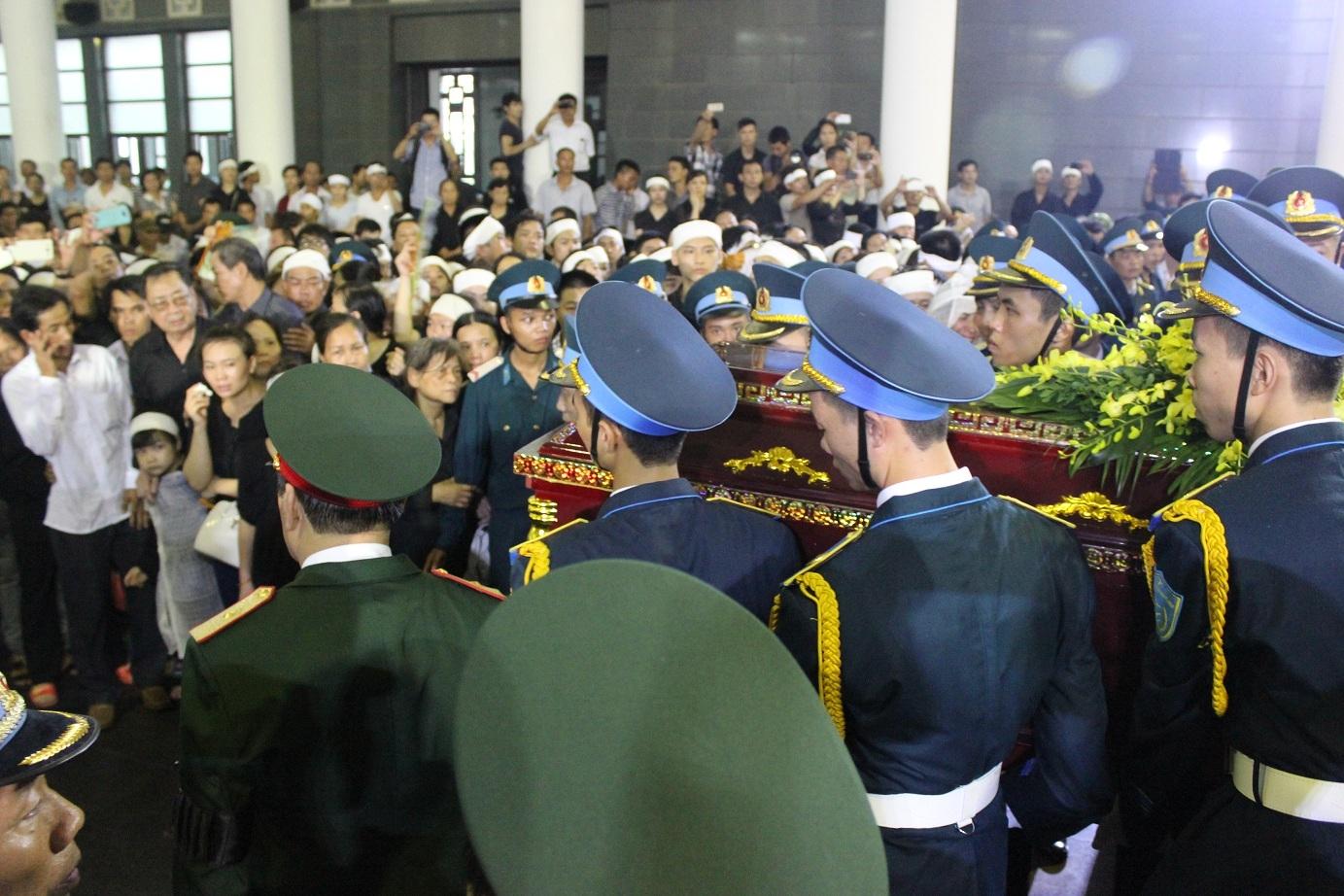 Truy điệu 18 chiến sĩ hy sinh: Người tuôn nước mắt, trời tuôn mưa - Ảnh 25