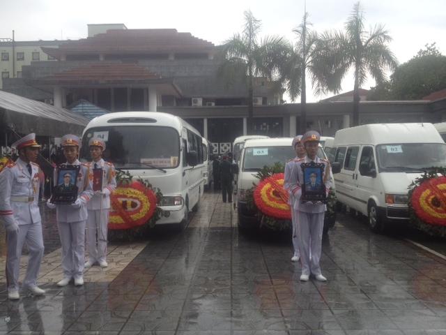 Truy điệu 18 chiến sĩ hy sinh: Người tuôn nước mắt, trời tuôn mưa - Ảnh 27